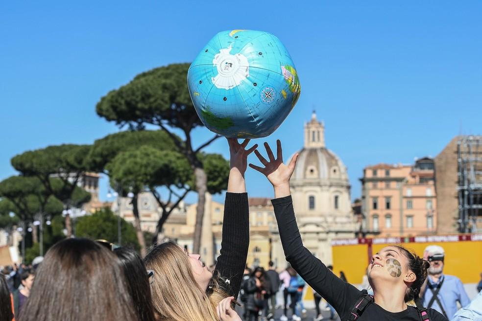 """Estudantes protestam em Roma, na Itália, pedindo mais medidas contra as mudanças climáticas em um movimento internacional chamado """"Fridays For Future"""". — Foto: Alessandro Di Meo/ANSA via AP"""