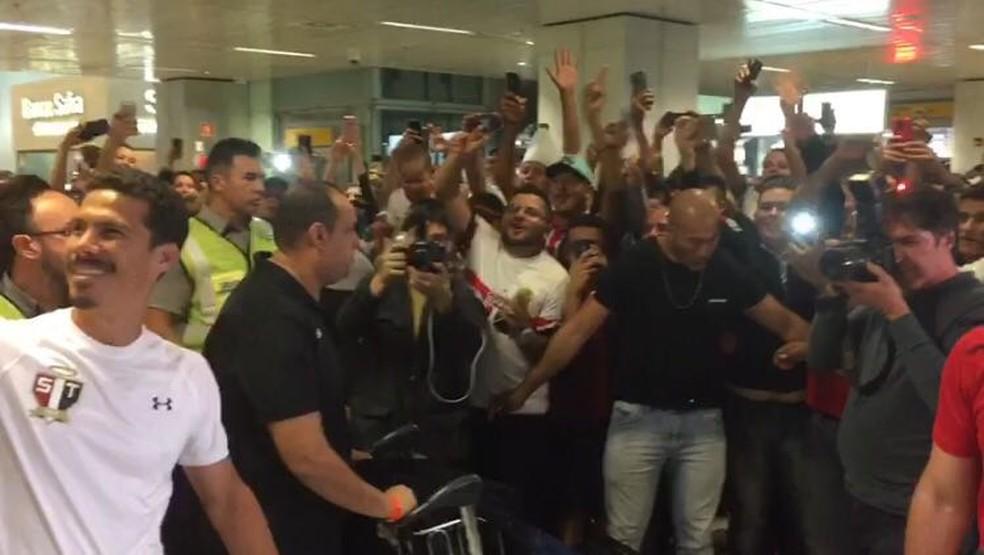 Hernanes é recebido com festa no aeroorto de Cumbica (Foto: Marcelo Hazan)