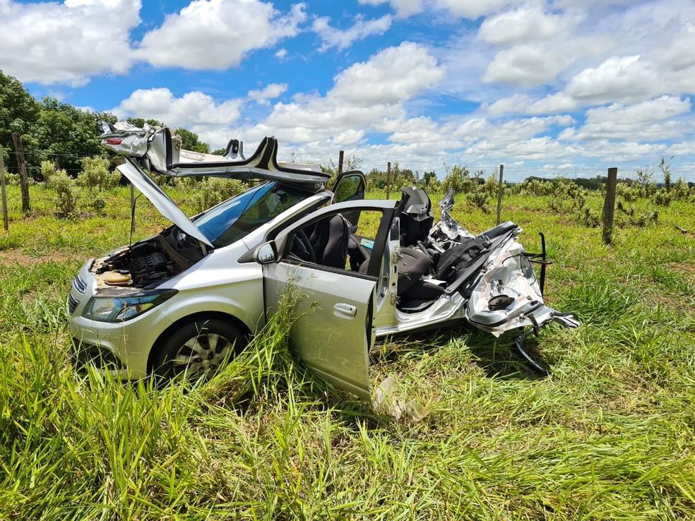 Carro após ser serrado pelos bombeiros para retirada do motorista — Foto: João Trentini/Divulgação