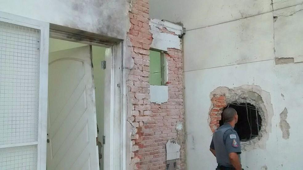 Assaltantes destruíram a agência em Rio Claro (Foto: Grupo Rio Claro)
