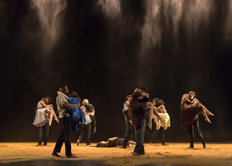 A apresentação faz parte das comemorações pelos 50 anos do Balé Teatro Guaíra. — Foto: Maringas Maciel.