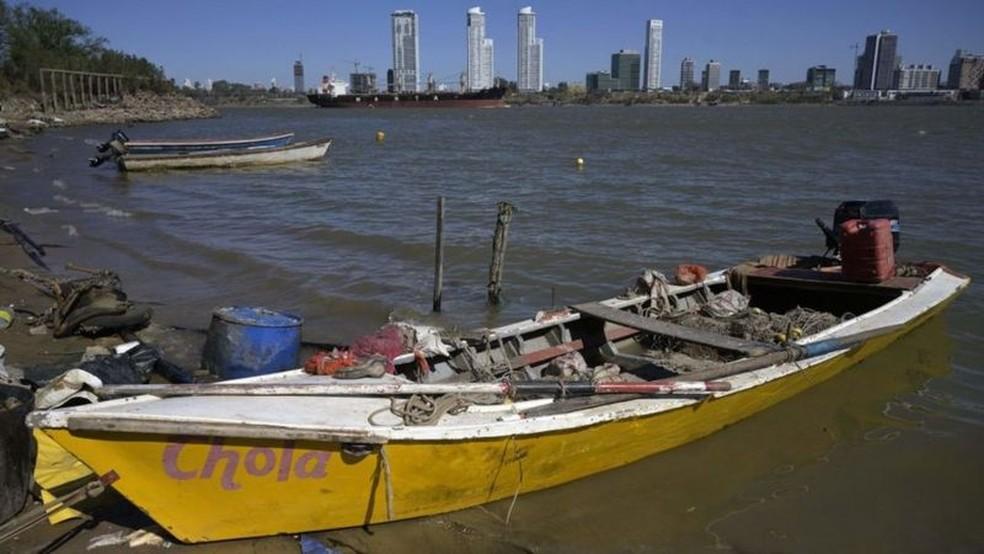 Muitos pescadores vivem do que pescam no Rio Paraná — Foto: Getty Images via BBC