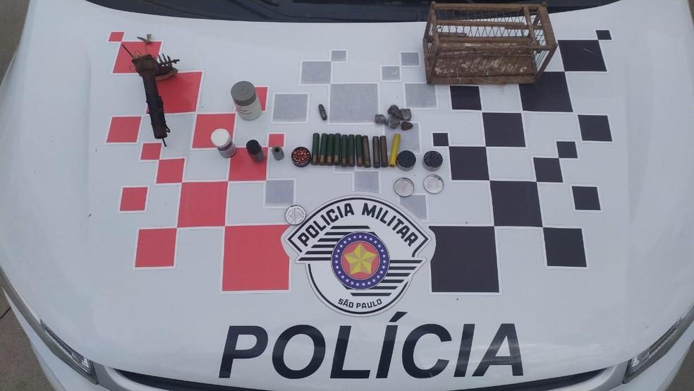 Policiais também apreenderam munições e porções de maconha em Tietê — Foto: Polícia Militar/Divulgação