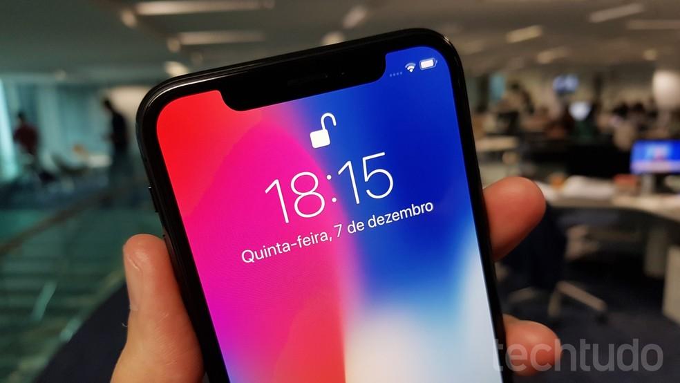 Smartphone projeta 30 mil pontos sobre o rosto da pessoa, e só mostra o cadeado destravado quando confirma a identidade (Foto: Thássius Veloso/TechTudo)