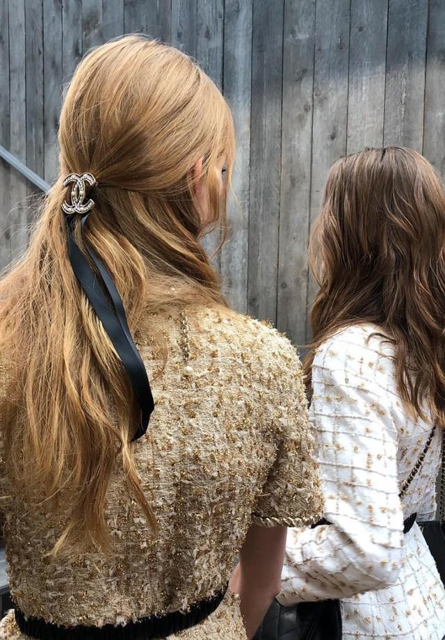 Laços de fita nos cabelos das modelos da Chanel (Foto: Imaxtree)