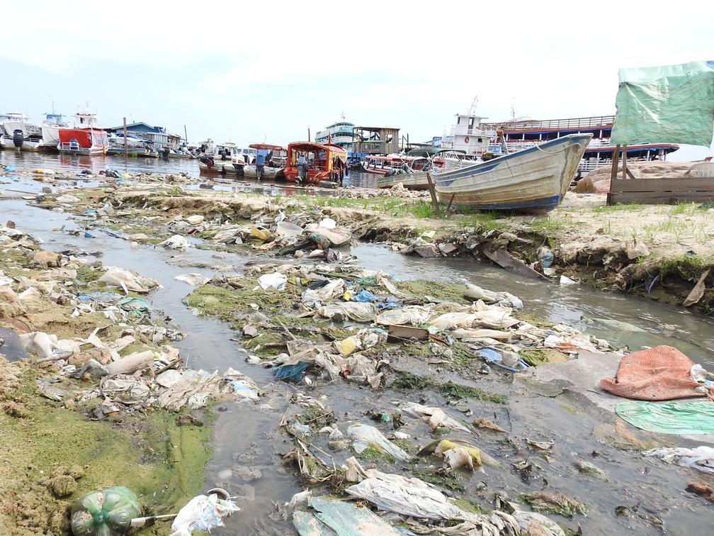 Lixo jogado em esgoto a céu aberto desemboca no rio Negro, no Amazonas (Foto: Ive Rylo/ G1 AM)