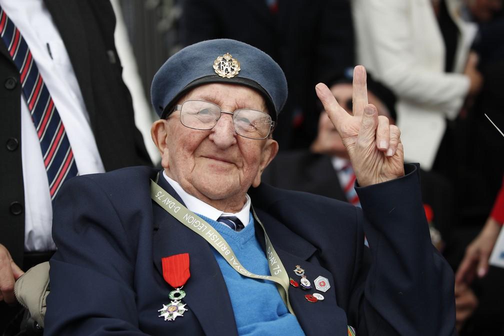 """Veterano assiste a homenagens pelos 75 anos do """"Dia D"""" em Portsmouth, Inglaterra, nesta quarta-feira (5). — Foto: Alex Brandon/AP"""