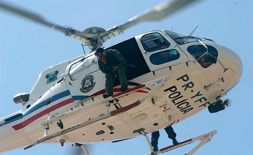 Helicóptero Potiguar 01, da Sesed, participa da operação (Foto: Canindé Soares)