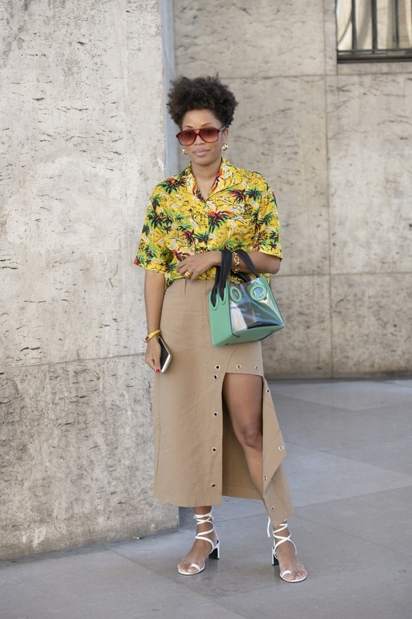 PARIS, FRANCE - FEBRUARY 27: Digital Influencer Elizabeth Delphine wears a Boyy bag, House of Sunny skirt, Forever 21 shoes, Celine sunglasses and Roseanna shirt on February 27, 2019 in Paris, France. (Photo by Kirstin Sinclair/Getty Images) (Foto: Getty Images)