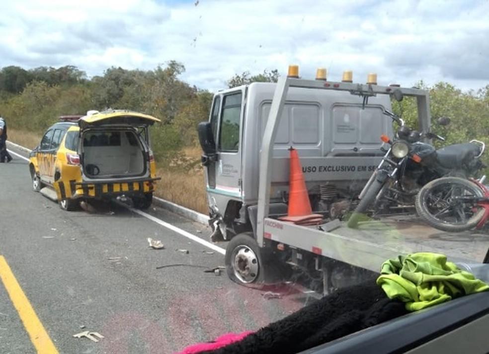 Caminhão reboque e viatura da Polícia Rodoviária Estadual se envolveram em acidente no Ceará. — Foto: Luiz Linhares/Arquivo Pessoal