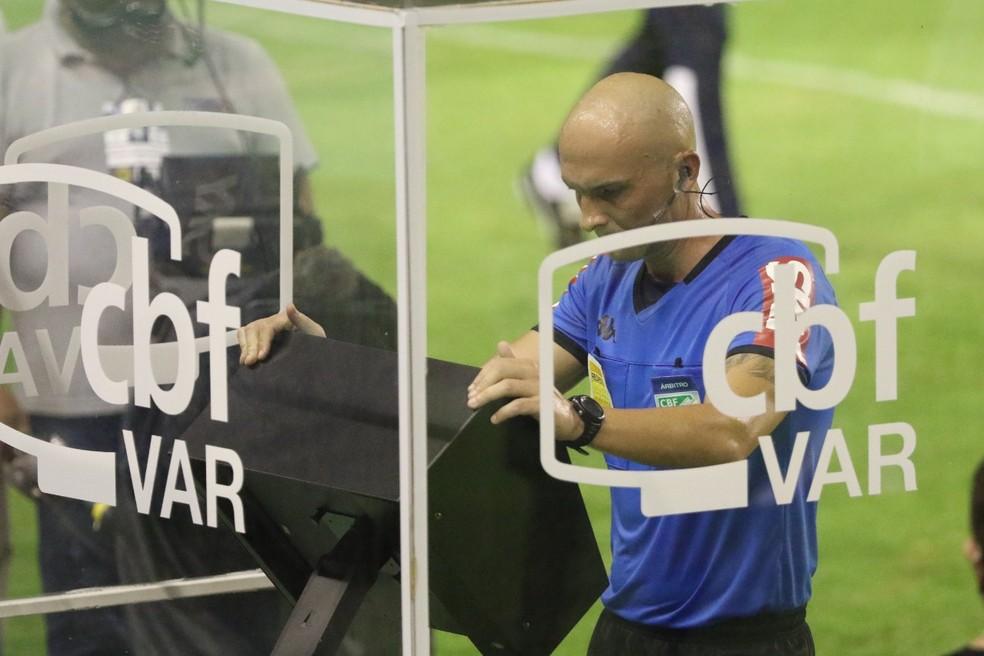 Árbitro Dyorgines Jose Padovani de Andrade (ES) analisa pênalti em Sport x Palmeiras — Foto: Marlon Costa/Pernambuco Press