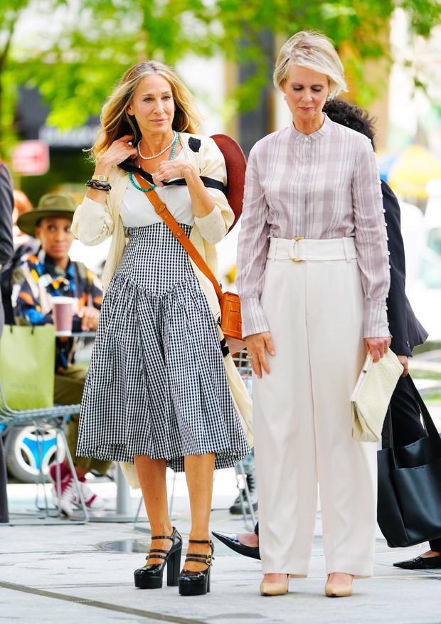NEW YORK, NEW YORK - JULY 09:  Sarah Jessica Parker and Cynthia Nixon are seen on set filming the new Sex and the City movie titled 'And Just Like That' on July 09, 2021 in New York City. (Photo by Gotham/GC Images) (Foto: GC Images)