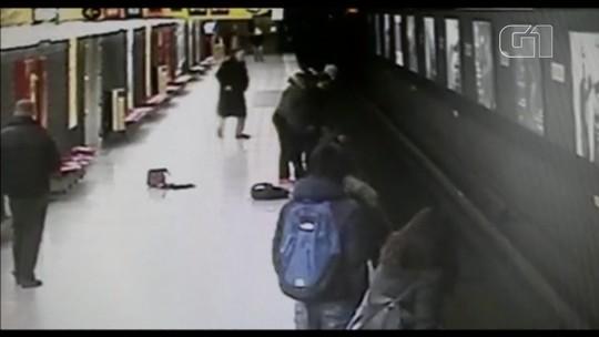 Jovem arrisca a vida para salvar menino de trilhos do metrô na Itália