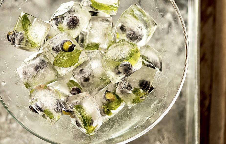 CAIPIRINHA - Cubos de gelo com mirtilos e hortelã decoram e aromatizam os drinques. Bowl Tok & Stok