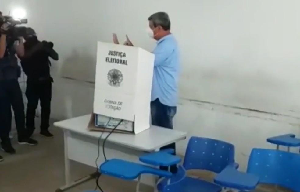 Candidato a prefeito, Colbert Martins chega para votar em Feira de Santana — Foto: Reprodução/TV Subaé
