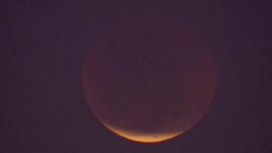 'Maior eclipse do século' reúne 2 mil pessoas no centro de Brasília; veja fotos