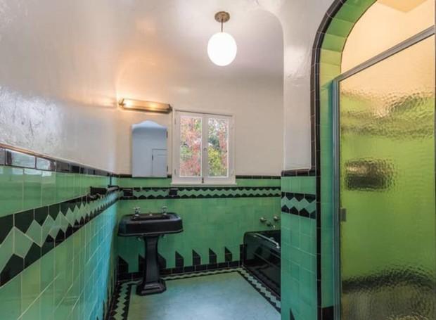 Os azulejos verdes deixam o banheiro com uma cara vintage (Foto: Hilton & Hyland/ Reprodução)