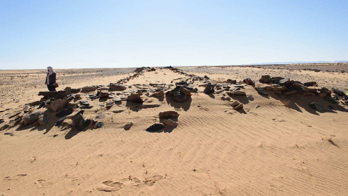 Uma plataforma de pedra em uma das extremidades do mustatíl (Foto: The Holocene)