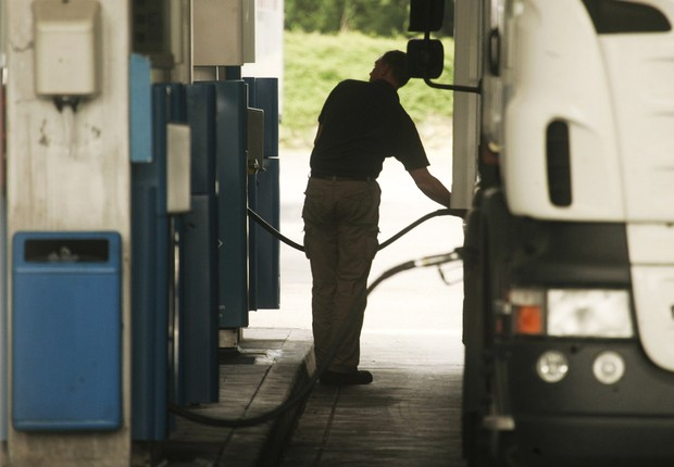 LUXEMBOURG - MAY 29: A truck driver fills the tank of his lorry with diesel at a fuel station on May 29, 2008 in Luxembourg city. Customers are driving up to 100 km from neighbouring countries Belgium, France and Germany to fill up their vehicles with fue (Foto: Mark Renders/Getty Images)