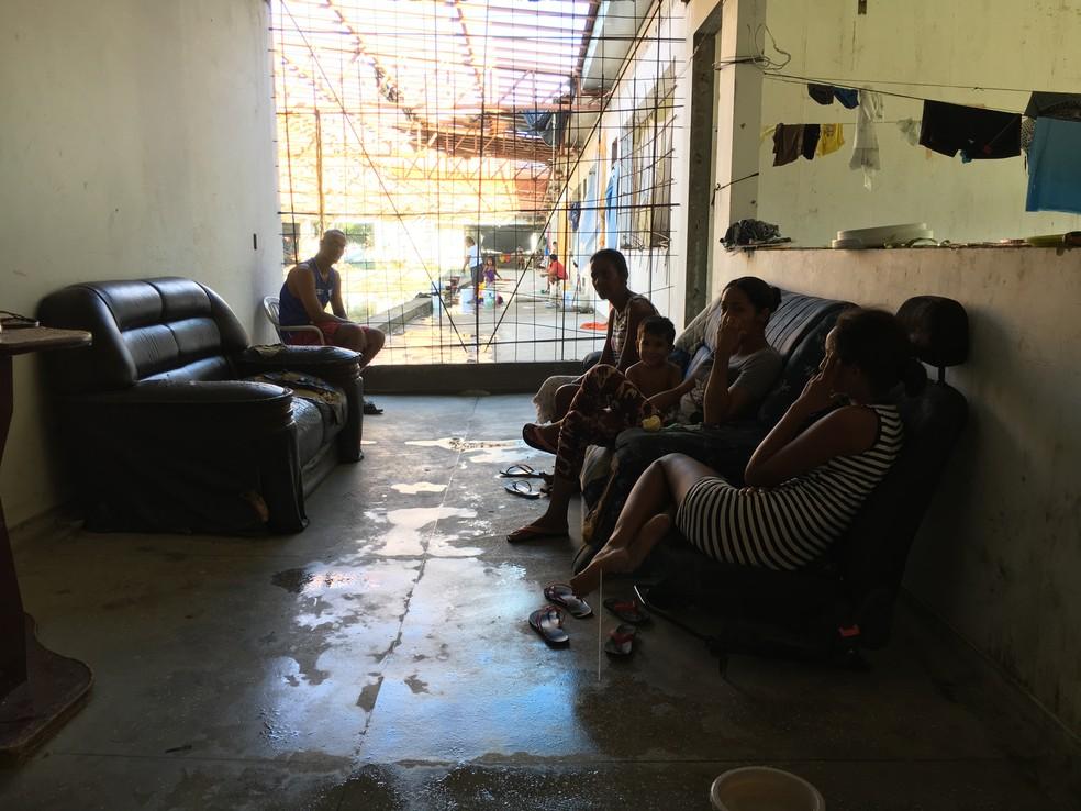 Família de venezuelanos improvisou sala dentro de estrutura abandonada em Boa Vista — Foto: Emily Costa / G1 RR