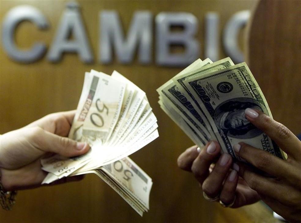 Notas de dólar e real em casa de câmbio no Rio de Janeiro, nesta sexta-feira *4) — Foto: REUTERS/Bruno Domingos