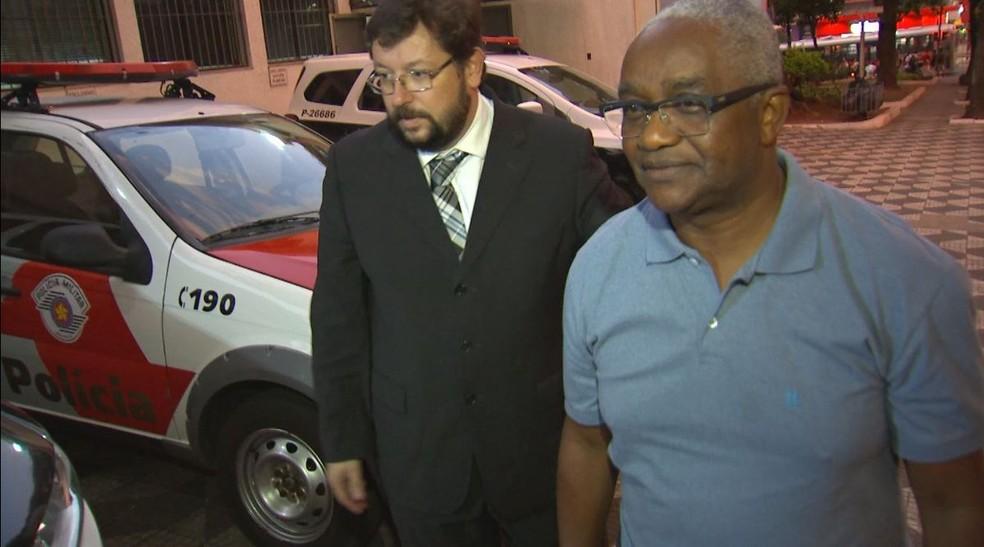 Professor da Unesp Bauru Juarez Xavier é esfaqueado e diz ter sido vítima de racismo no Dia da Consciência Negra: 'Fui chamado de macaco', advogado Maurício Ruiz — Foto: TV TEM/Reprodução
