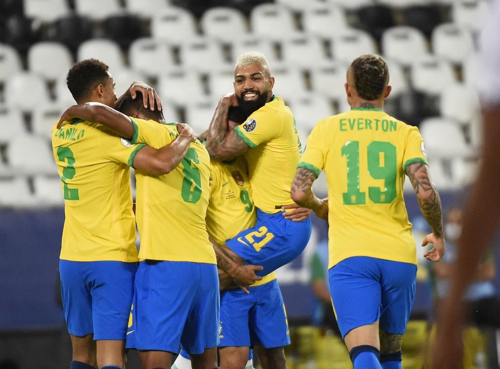 Jogadores da Seleção comemoram gol na vitória por 4 a 0 sobre o Peru — Foto: André Durão