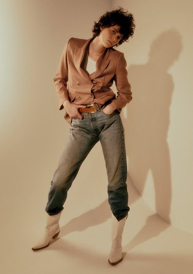 Blazer, R$ 780, Amissima; camiseta, R$ 129, Canal; calça, R$ 260, Levi's (Foto:  Rafael Pavarotti)