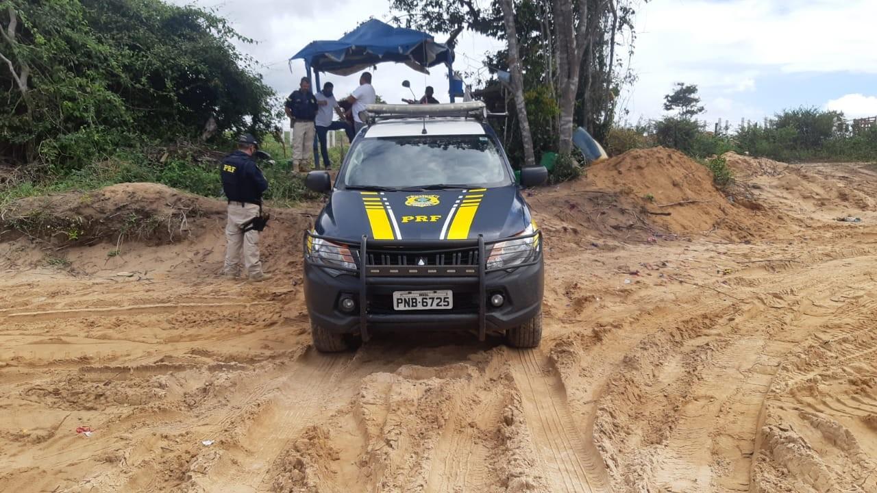 PRF flagra grupo roubando areia de duna em Aquiraz, na Grande Fortaleza; trator e motocicletas foram apreendidas