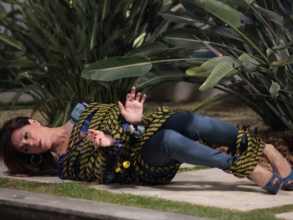 Tereza Cristina se humilha e implora ajuda a Antenor em 'Fina Estampa' — Foto: Globo