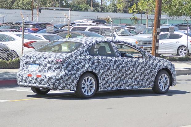 Flagras confirmam que novo Toyota Corolla terá visual semelhante ao do Auris (Foto: Automedia)
