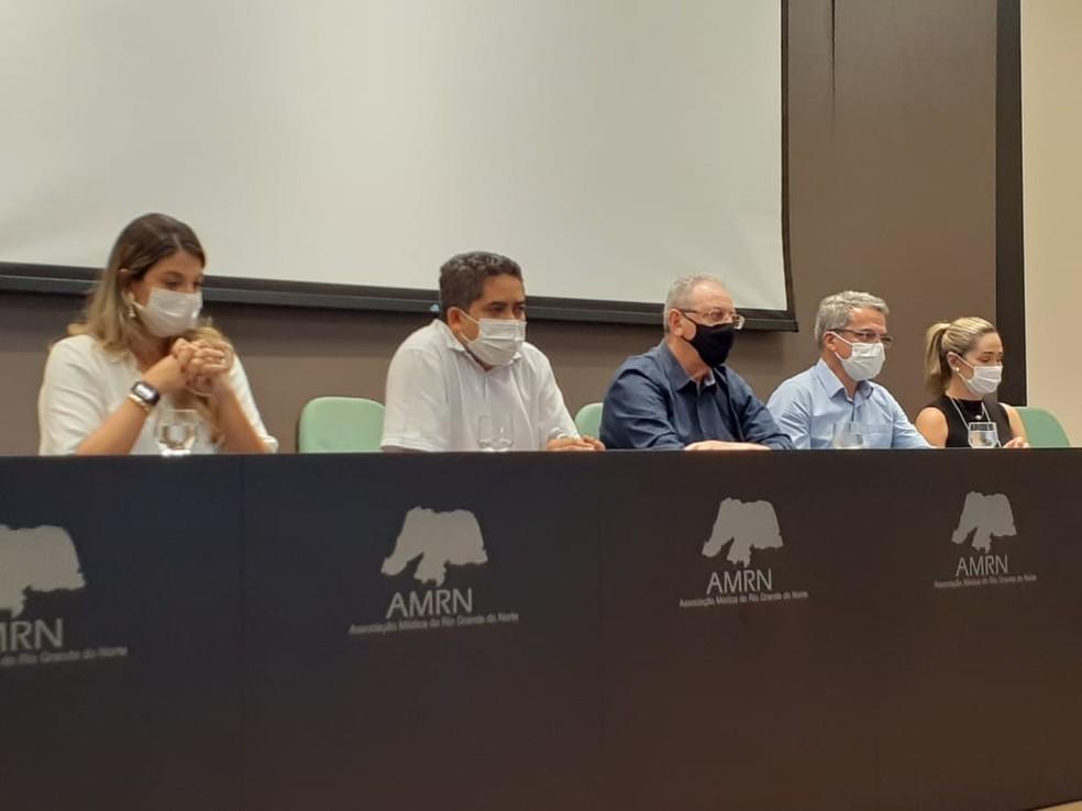 Reunião entre representantes da Cooperativa e do Município aconteceu nesta sexta — Foto: Julianne Barreto/Inter TV Cabugi