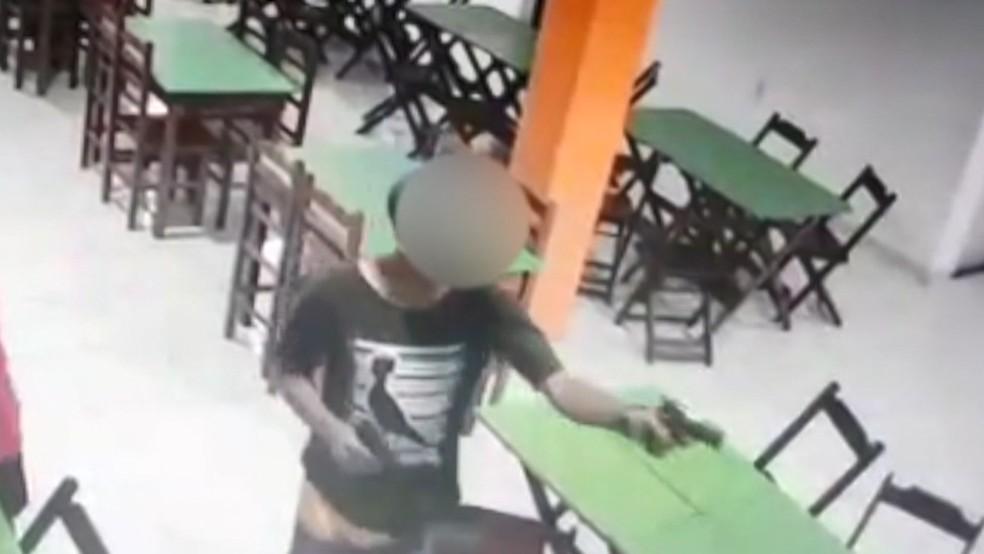Menor apreendido por atirar em sargento da PM em assalto no ES é suspeito de balear outro policial — Foto: Reprodução/ TV Gazeta