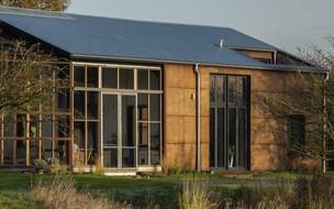 Veja como é a casa feita com fibras da planta da maconha