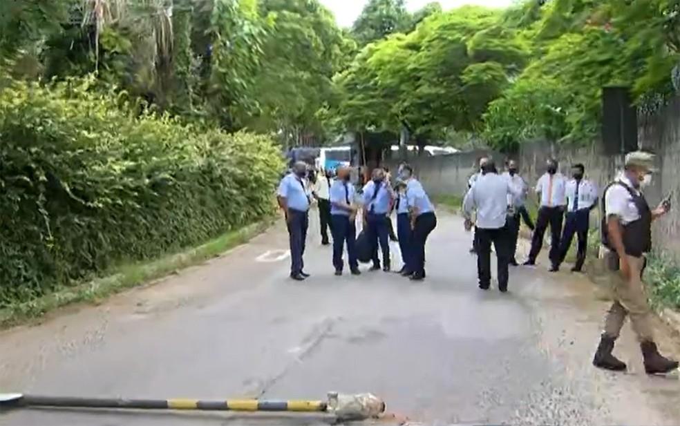 Grupo colocou objetos no chão para impedir saída de ônibus — Foto: Reprodução/TV Bahia
