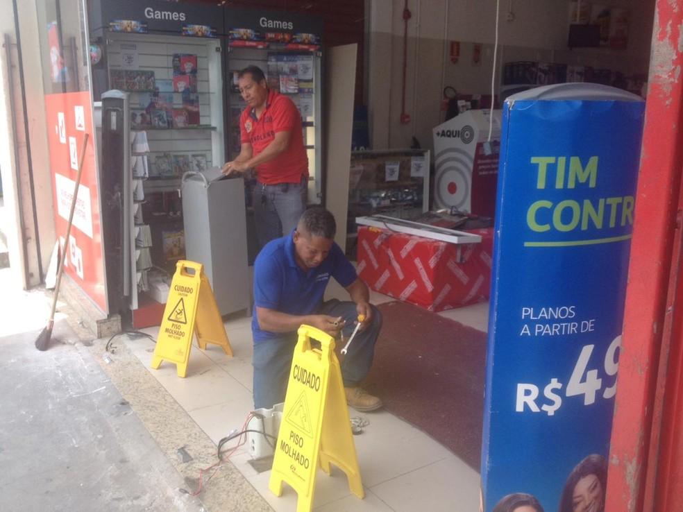 Loja foi arrombada e furtada no bairro de Cajazeiras VIII, em Salvador  — Foto: Dalton Soares/TV Bahia