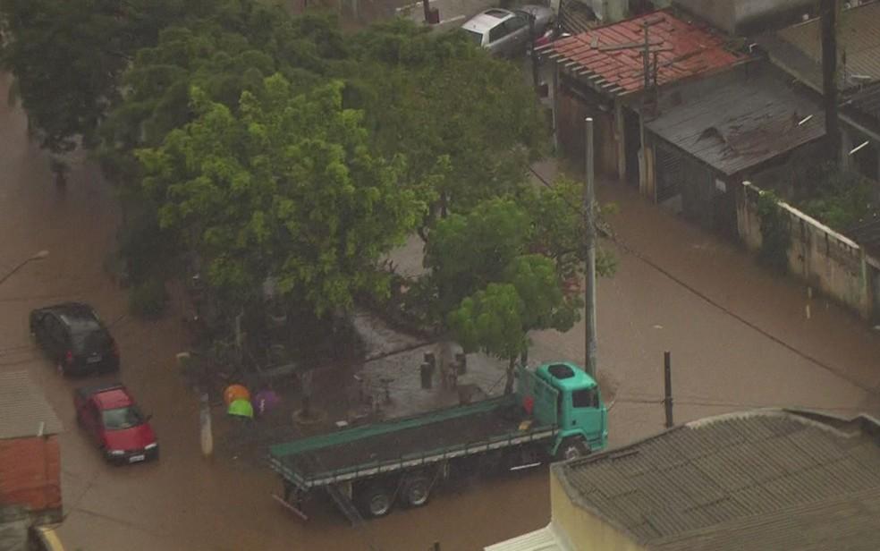 Alagamento no Jardim Rochdale, em Osasco (Foto: Reprodução/TV Globo)