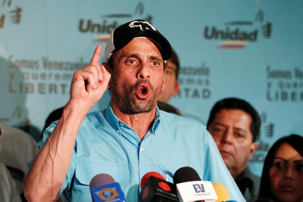 O líder da oposição e governador de Miranda, Henrique Capriles, fala com a imprensa em Caracas (Foto: Christian Veron/Reuters)