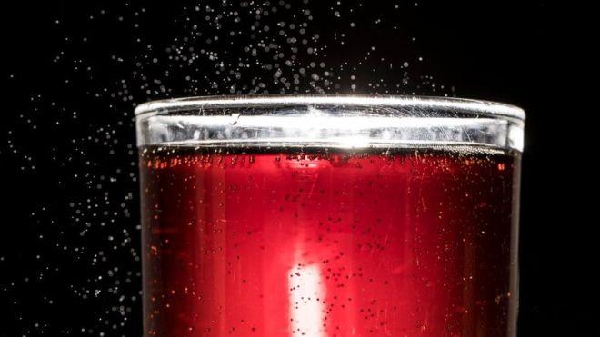 O estudo de Harvard mostrou que beber duas ou mais bebidas açucaradas por dia leva a um aumento de 21% no risco de morte prematura (Foto: Getty Images via BBC News)