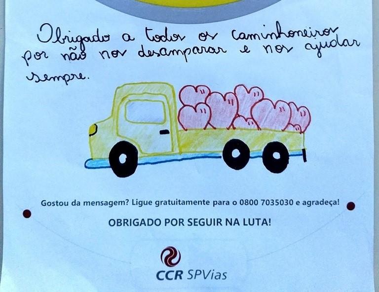Cartas de agradecimento são entregues a caminhoneiros durante ação em Itapetininga
