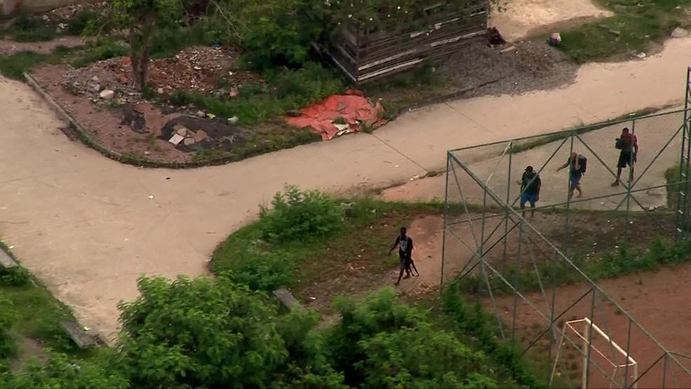 Criminosos são flagrados armados na Cidade de Deus, na Zona Oeste do Rio — Foto: Reprodução/ TV Globo