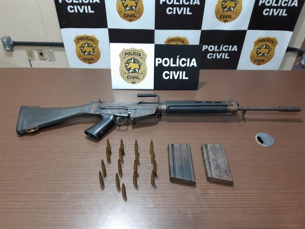 Polícia Civil apreendeu fuzil de fabricação argentina durante prisão de suspeitos de integrarem facção criminosa na Grande Natal. — Foto: Divulgação/PCRN