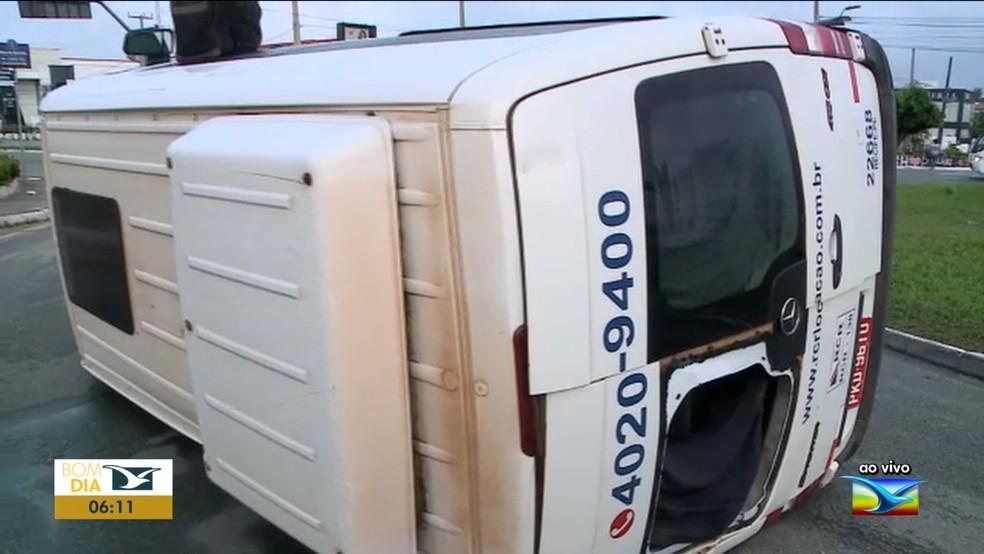 Com a força do impacto, a van capotou e foi parar no meio da pista da via — Foto: Reprodução/TV Mirante