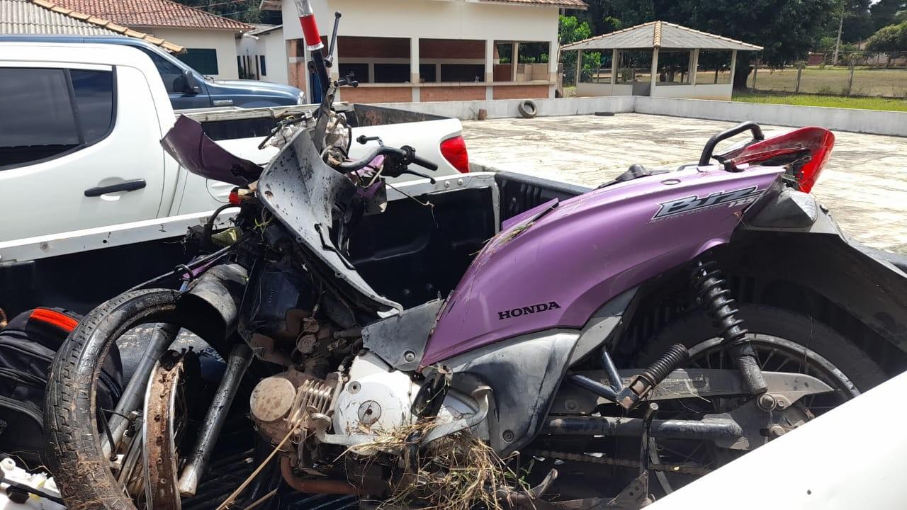 Homem morre ao ser atropelado após bater de moto em carro parado em Alto Alegre, em RR