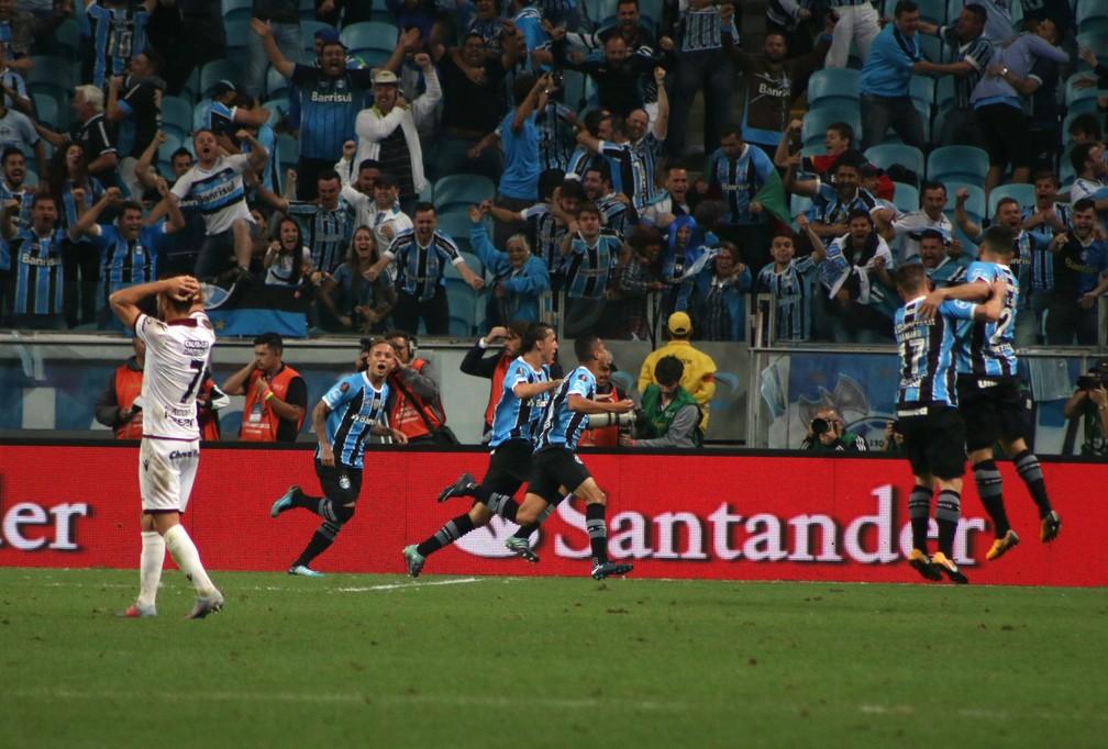 Cícero marca contra o Lanús  (Foto: Diego Guichard)