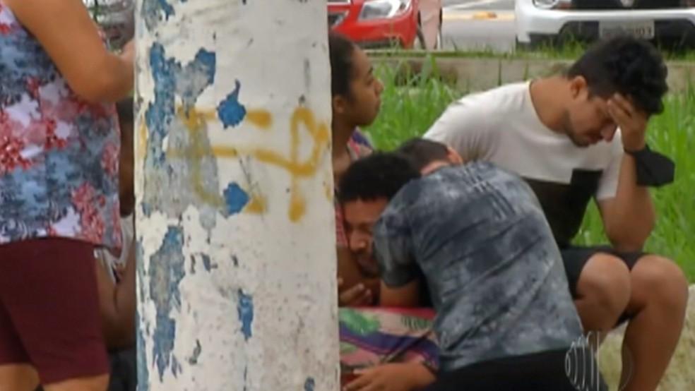 Leandro, pai das crianças, ficou desolado quando chegou a Poá — Foto: Reprodução/TV Diário