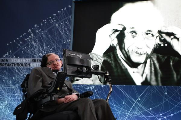 Stephen Hawking ao lado de uma imagem de Albert Einstein.  (Foto: Getty Images)