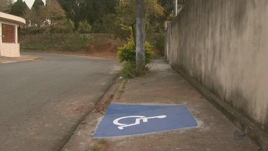 Rampas de acessibilidade levam deficientes para parede e terreno com terra