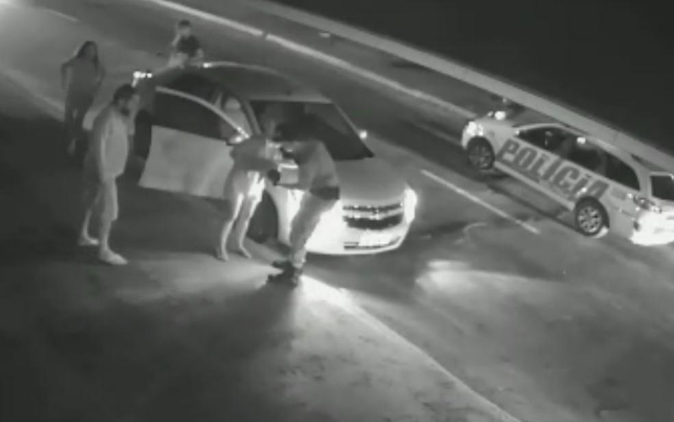 Mãe de bebê entregou o menino para o policial que prestou os primieros socorros — Foto: Reprodução/TV Anhnaguera