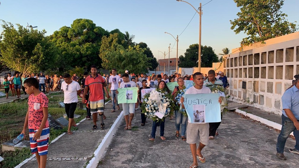 Algumas pessoas levaram cartazes com mensagens com pedido de justiça — Foto: Victor Silveira/TV Bahia